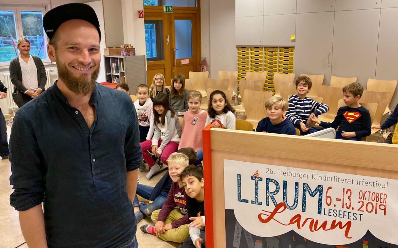 Der Autor Finn Ole Heinrich in der Johannes-Schwartz-Schule