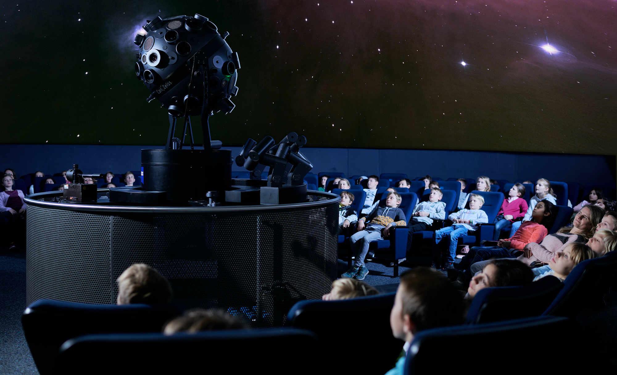 Die Klassen 3 und 4 im Freiburger Planetarium