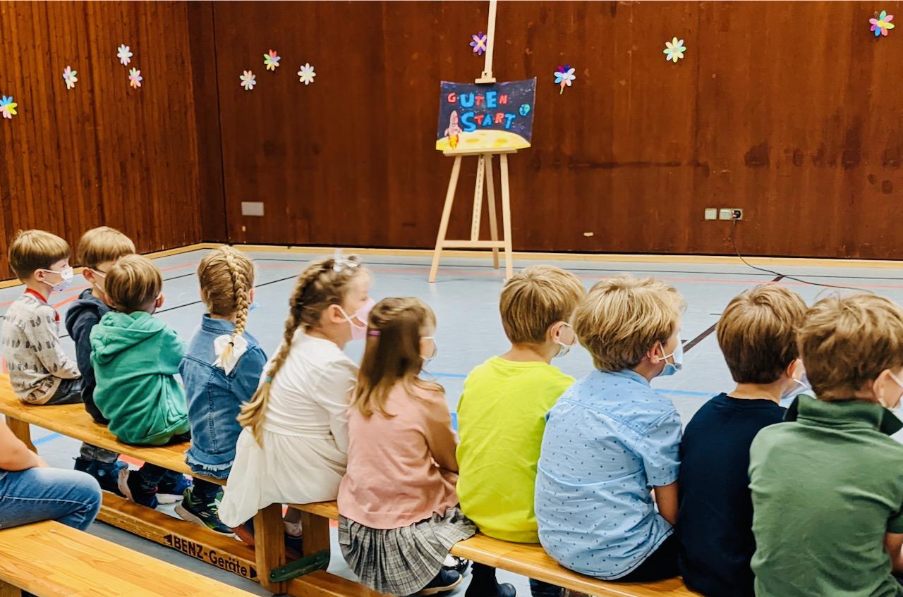 Die Einschulungsfeier fand in der Bundschuhhalle statt.
